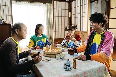 石橋蓮司(左起)、永作博美、二階堂富美、岡田將生演出【四十九日的幸福秘方】,戲裡戲外感情都像一家人一樣