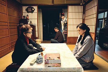 永作博美(右)在【四十九日的幸福秘方】遭逢婚姻危機逃回了娘家,親姑姑卻毫不領情地冷嘲熱諷,日本資深女星淡路恵子飾演親姑姑,本片是她的遺作