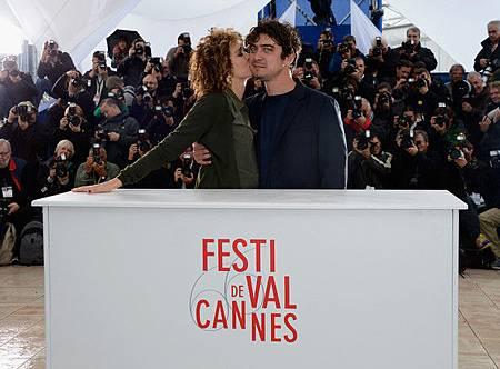 薇拉莉葛琳諾在坎城記者會上親吻感謝身兼【甜蜜天堂】製片的小男友里卡多史卡馬西奧