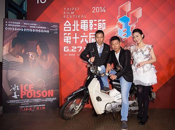 王興洪(中)不改幽默本性說摩托車才是【冰毒】的真正的男主角,戲裡戲外都扮演重要的角色,在緬甸拍片劇組移動幾乎全靠它,不然拍攝進度無法順利進行
