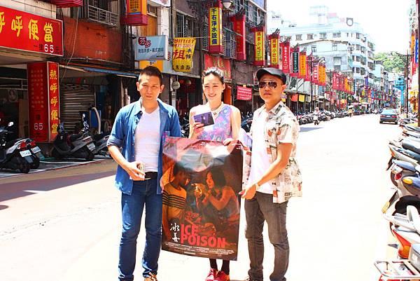 趕在【冰毒】上映前夕,導演趙德胤(左)帶著男女主角王興洪(右)、吳可熙(中)回到「緬甸華僑的第二個故鄉」中和華新街掃街拜票