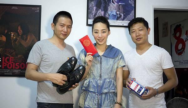 【冰毒】導演趙德胤(左)及男女主角王興洪(右)、吳可熙平時在外工作,最感念在家默默給予支持的家人,趁著父親節他們也準備好禮物相送