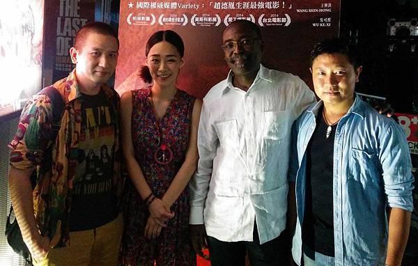 法國大師級導演馬哈馬特薩雷哈隆(左3)大讚【冰毒】是「超有格局的大片、不是小片」,並與導演趙德胤(左1)及男女主角王興洪(右)、吳可熙相見歡(左2)