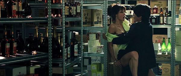 蘇菲瑪索新片【性愛診療室】和日本客戶在倉庫靠著櫃子激情做愛成為片中一大看點.jpg