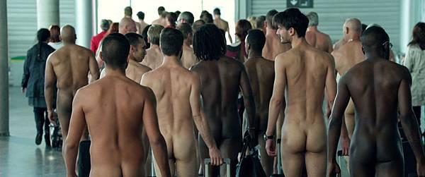 蘇菲瑪索新片【性愛診療室】眨眼1秒在人來人往的機場瞬間上演裸男大遊行.jpg
