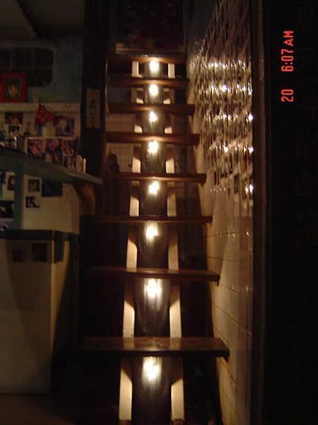 入夜的發光小梯.jpg