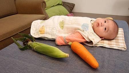 在荳荳的眼裡蘿蔔和玉米仍是黑白的