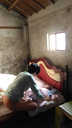 陽光灑進二林老家的臥房