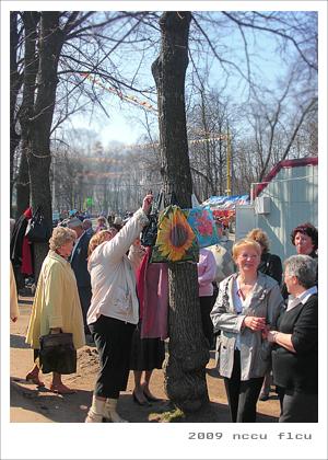 老公公與老婆婆們把東西往樹上一掛,就開始下舞池跳舞了