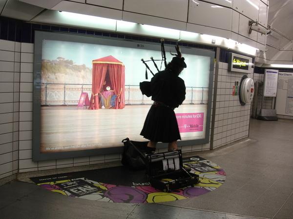 在地鐵站內表演的藝人