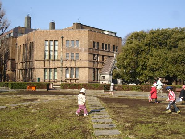 孩子們在安田講堂前玩耍