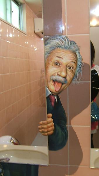 躲在女廁洗手台鏡子後面的愛因斯坦...有點變態