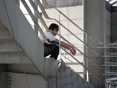 凱子坐在樓梯上