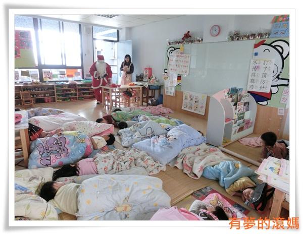 其實聖誕老人到教室前~老師已經呼叫全部寶貝起休偷看聖誕老人的現身~這樣才有聖誕味 (2)