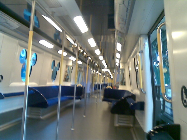 往DISNEY的地鐵車廂