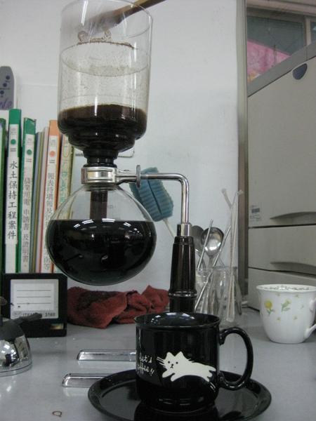 剛煮好的咖啡加杯子