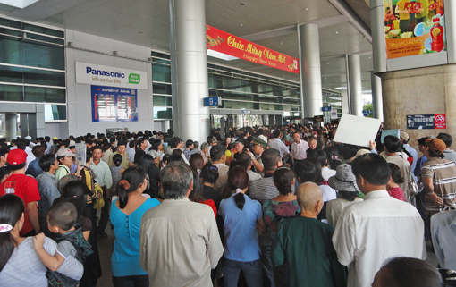 saigon-airport-crowd.jpg