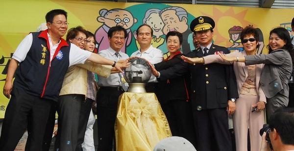 台南縣首創﹁禮讓長者平安行﹂ 籲各界關心長者行的安全。