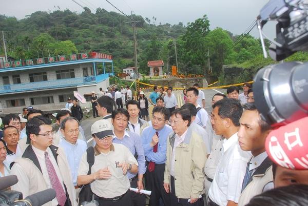劉揆四月二十五日視察港尾溝溪排水工程及南188線6K-9K道路復建工程。