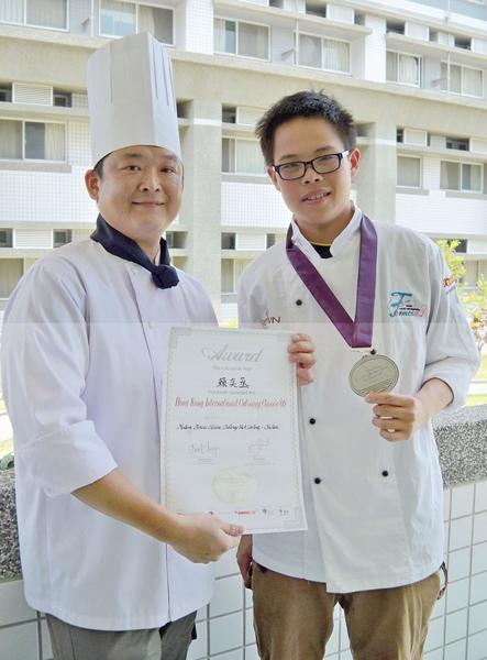 嘉南藥理科技大學賴奕丞同學榮獲﹁二00九香港國際美食大獎﹂銀牌。