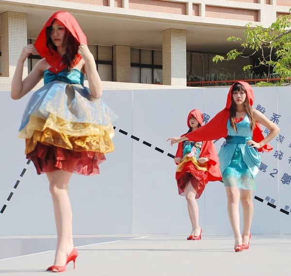 由台南科技大學服飾設計系同學自己舉辦的創意設計比賽,今年主題為﹁解讀二0一0年流行趨勢﹂
