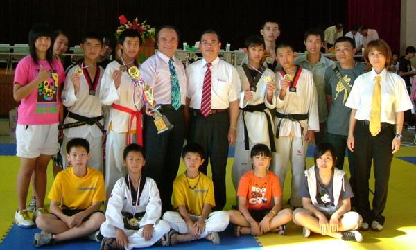 九十八年台南縣少年、青少年跆拳道錦標賽,永強跆拳道館小勇士再創佳績。