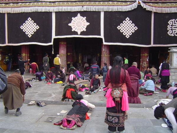 【藏傳佛教】(The Buddhism of Tibet or Lamaism)聖廟,擁有至高無上,非常崇高殊勝地位的【大昭寺】(The Temple of Dazhao),又名【祖拉康】、【覺康】(藏語意為佛殿)﹗
