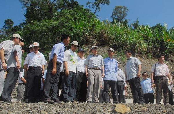 行政院劉院長視察南化鄉南一七九線關山村道路復建工程。