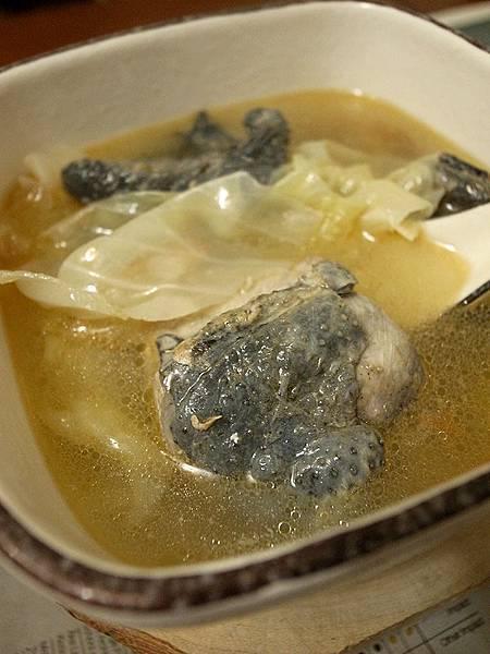 好一碗麻油烏骨雞湯。