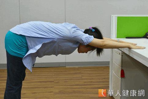 5招瑜珈伸展紓壓-04.jpg