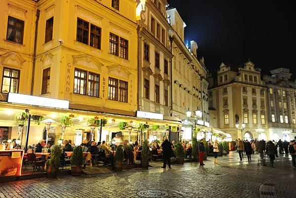 廣場旁的露天咖啡廳