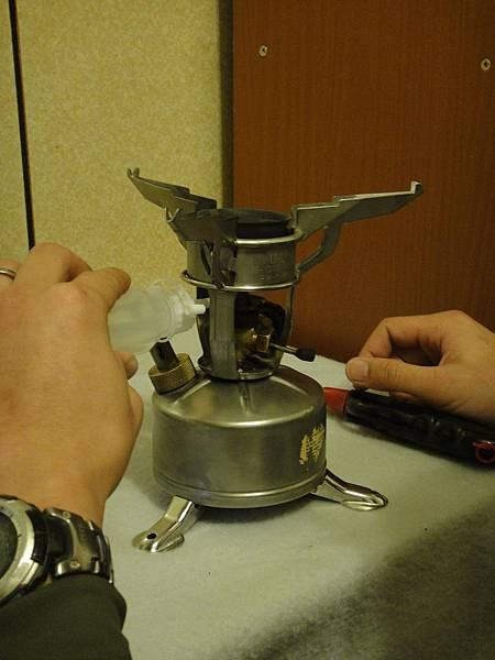 2.請先檢查上油閥是否處位關閉狀態下(油針在上頂住噴嘴、上油閥撥桿朝下),並置入酒精於預熱槽中