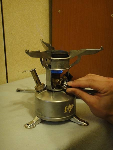 5.俟預熱槽將燒盡時,輕輕將上油閥往上推,此時會聽見徐徐油汽噴出的聲音,預熱槽的火會順勢點燃噴嘴