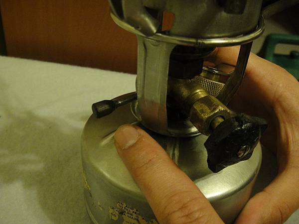14.俟噴嘴無火苗時將上油閥往下推到底(油針向上)
