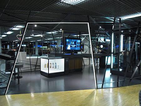到了阿姆斯特丹...當地時間清晨四點...冷清如展場的機場... 冷空氣鑽進肺裡...是北國沒錯....JPG