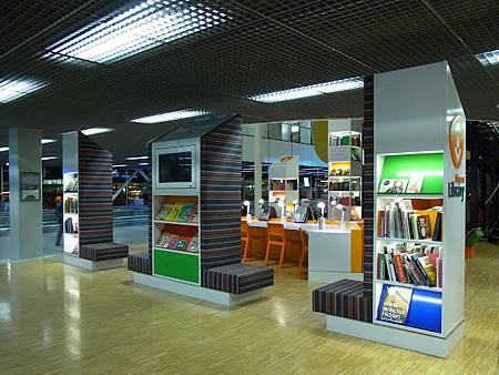 阿姆斯特丹的史吉普機場居然有圖書館....JPG