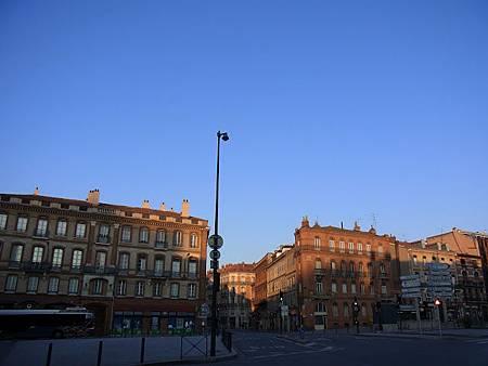 清晨的太陽染紅土魯斯,更加展現「粉紅城市」的迷人特色.JPG
