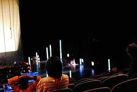 舞監和導演在觀眾席試看舞台和光影效果