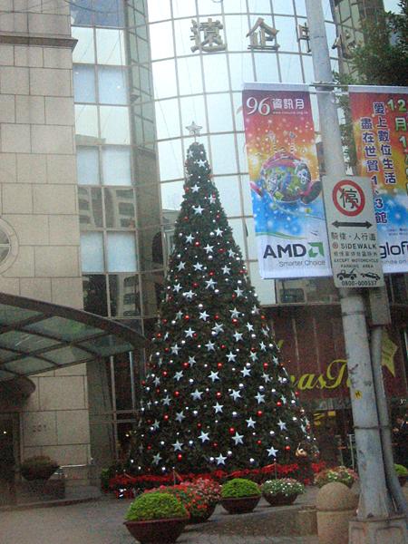 遠企購物中心前的聖誕樹