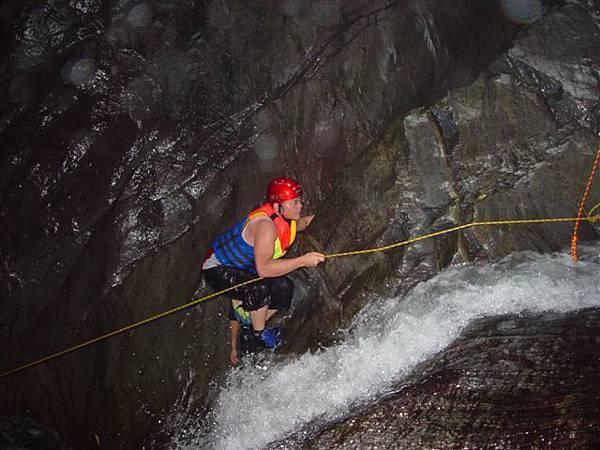 攀上第二瀑布的石頭.jpg
