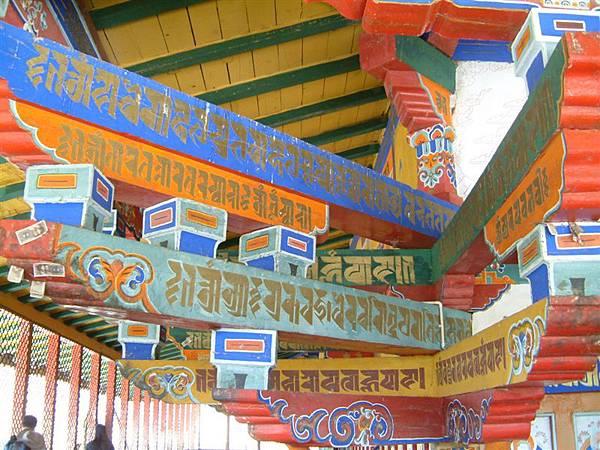 桑耶寺錯綜複雜的樑柱.JPG