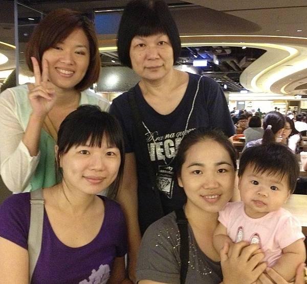 20130719 寶寶有看鏡頭  (小黑瞇眼!)