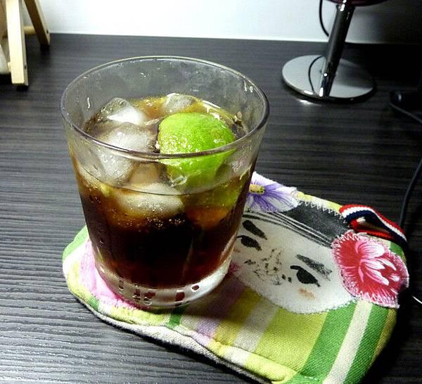 想喝甜甜的就摻可樂和檸檬一起喝
