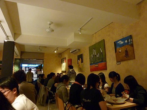 用餐時間人很多還排隊等了一下下