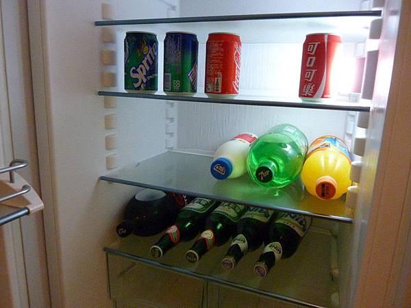 只有上層四罐和下層可樂是本來就有的
