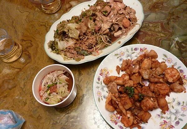 除了滷味鹹酥雞外還有麻辣鴨血臭豆腐(左下)