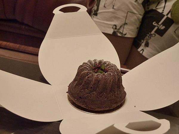 A大師特地帶一個只要微波就會爆漿的小蛋糕來