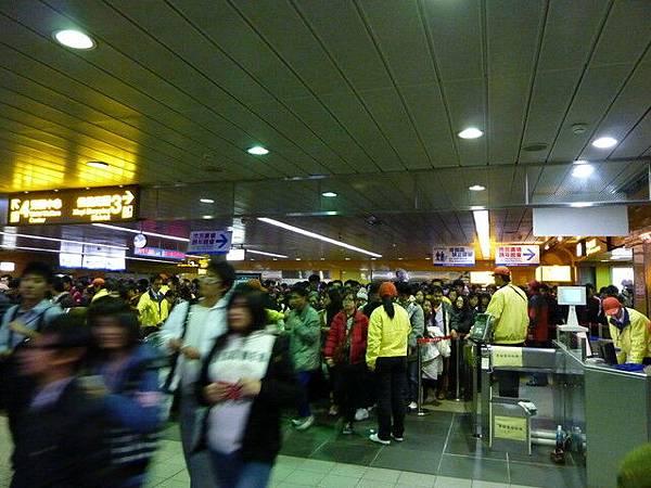 人群被擋在進站區前