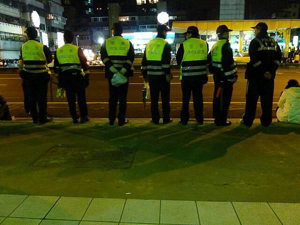 不知道為什麼這邊要站這麼多警察