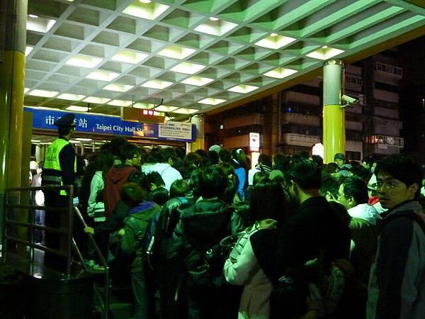 捷運出口當然也是一堆人